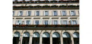 Des mal-logés du DAL s'invitent dans le très chic hôtel Meurice à Paris