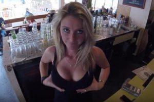 Une serveuse à forte poitrine reçoit-elle plus de pourboires ?