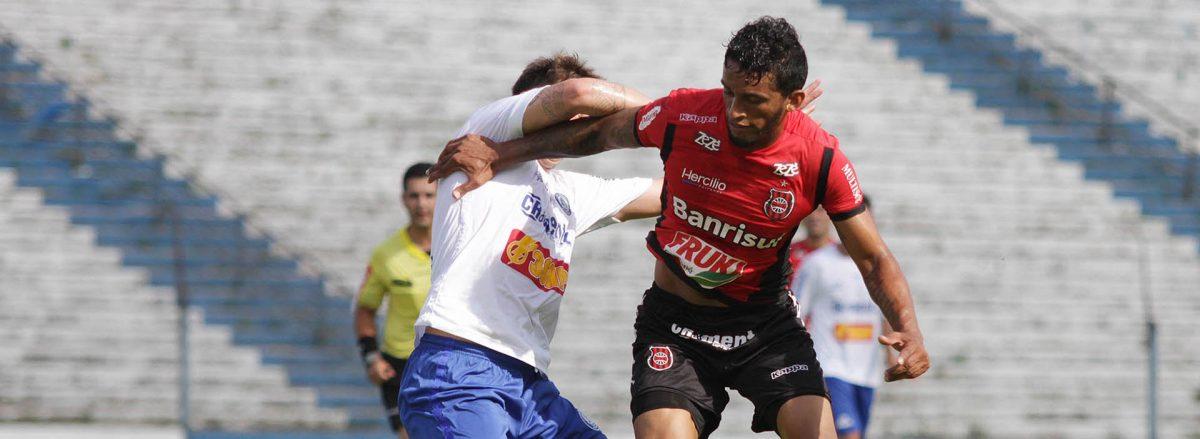 Cleverson marcou gol ainda no primeiro tempo, mas a arbitragem anulou. Foto: Carlos Insaurriaga