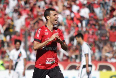 Na vitória contra o Vasco, no Bento Freitas, o meia Diogo Oliveira marcou um golaço, na trave em frente à nova arquibancada da Baixada. Foto: Carlos Insaurriaga