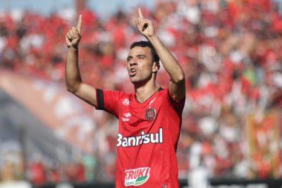 Diogo Oliveira abriu o placar na partida com um golaço de fora da área. Foto: Carlos Insaurriaga