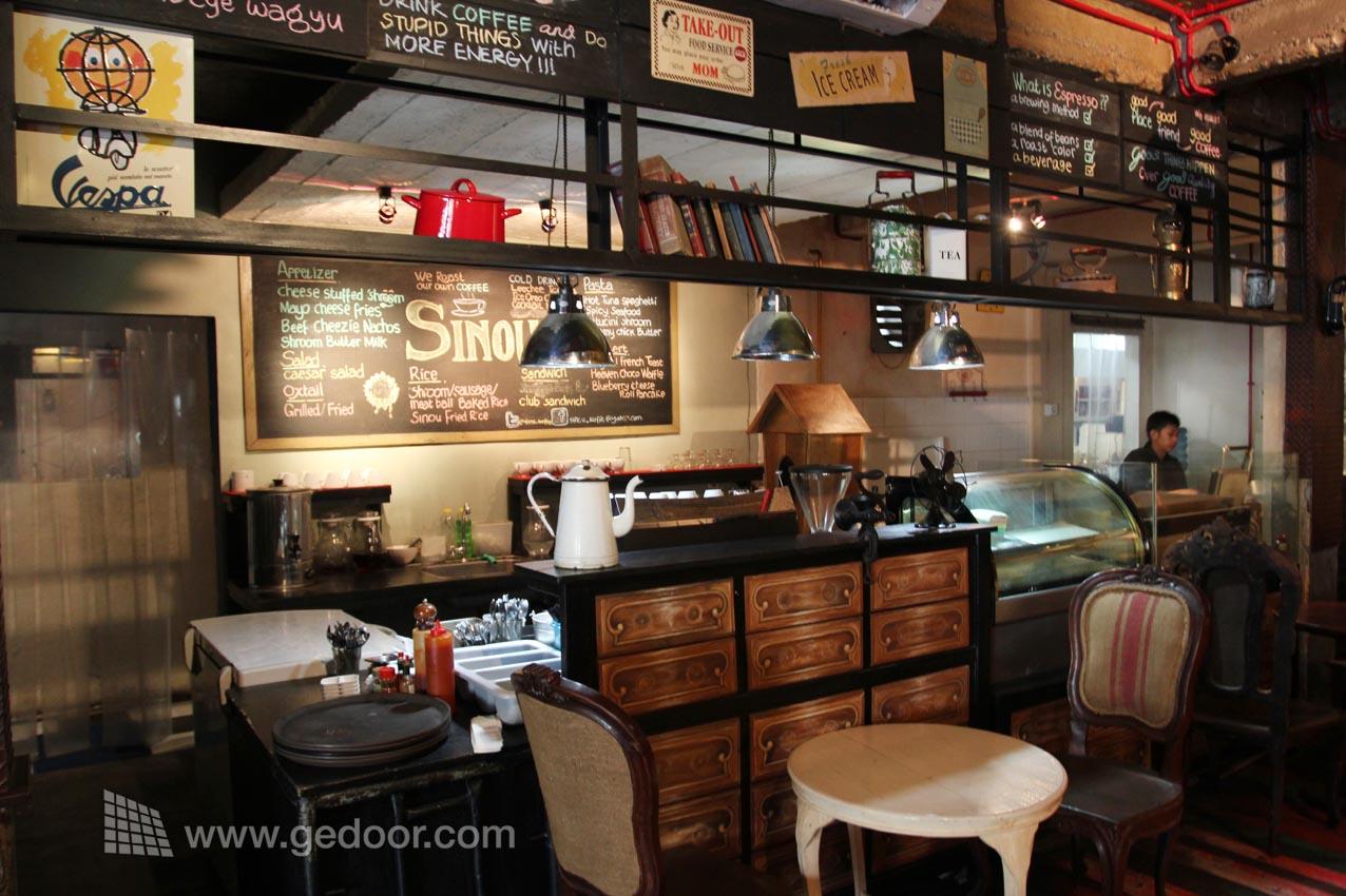 Sinou Coffee And Resto  geDoor