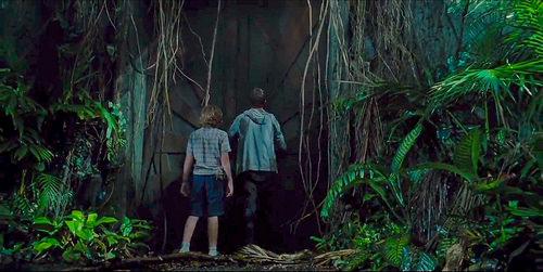 L'un des nombreux clins d'œil à Jurassic Park : découverte des ruines de l'ancien parc