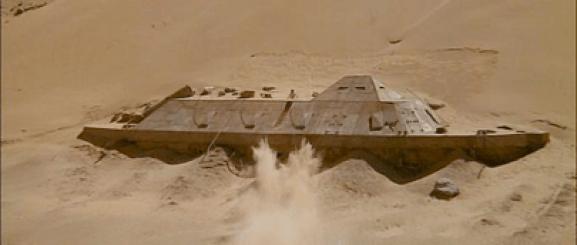 Le CSS Texas, perdu au milieu du désert du Sahara et découvert comme par hasard en balançant de la dynamite depuis une voiture pour tenter d'abattre un hélicoptère tirant sur les héros… voilà voilà voilà…