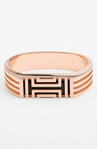 Finalmente qualcuno ha pensato a dei braccialetti per il Fitbit che siano belli da vedere: questo di Tory Burch è rivestito d'oro a 16 carati