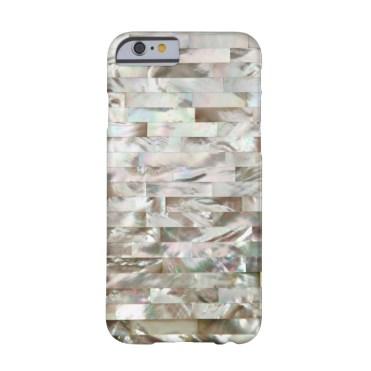 Effetto madreperla, per tutti i modelli di iPhone (Zazzle, da 44 euro)