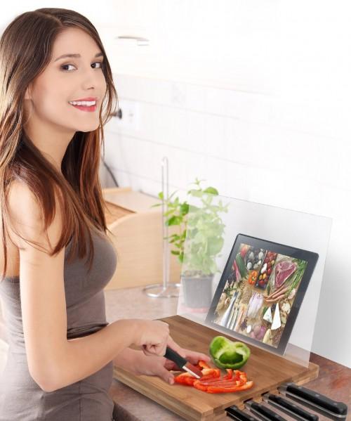 Un bellissimo prodotto salvaspazio: un tagliere da cucina in bambù con blocco portacoltelli, leggio integrato per il tuo iPad e salvaschizzi in PVC. Su Amazon.it