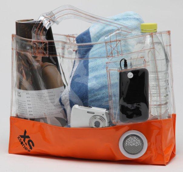 Sorprendente: la borsa in pvc trasparente ha un altoparlante a batterie incorporato (23 euro, su Amazon)