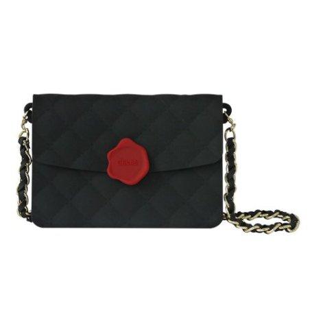 A forma di borsetta Chanel, con tracolla (€ 17,95 su Amazon)