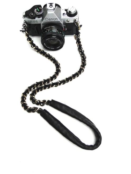 Tracolla di pelle con catena dorata per macchina fotografica