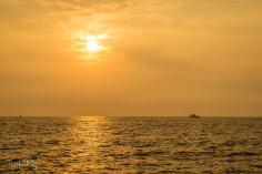 wschód słońca na łodzi