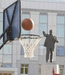 Well-timed photo gives appearance of statue making a basket