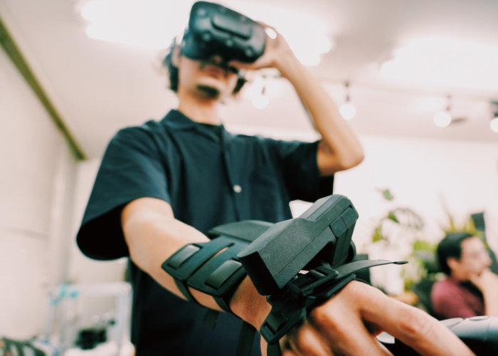 Exiii VR haptics wrist system available to VR developers on loan - Geeky Gadgets