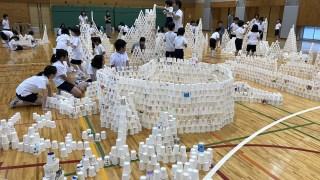 GM屋嘉部正人がトキワ松学園小学校にて「紙コップのインスタレーション」を実施しました。