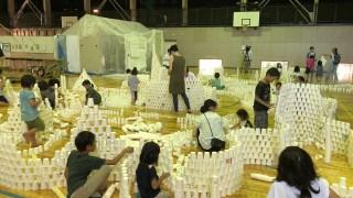 芸術による教育の会GM屋嘉部正人と三石恒夫が山梨県上野原市にて「紙コップのインスタレーション」を行いました。