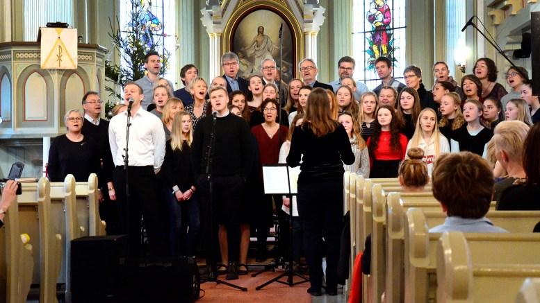 TEN SING: Kristina Wilhelmsen dirigerte jubileumskoret. Her fremfører Elias Knutsen og Mathias Fagervik «En stjerne skinner i natt». Foto: Innsendt