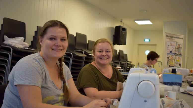 SYHELG PÅ TROMØY: Elisabeth Rømo og Tone Bjørkmann fra Oslo koste seg på klubbhuset på Sandnes, som stod i sømmens tegn i helgen. Foto: Esben Holm Eskelund
