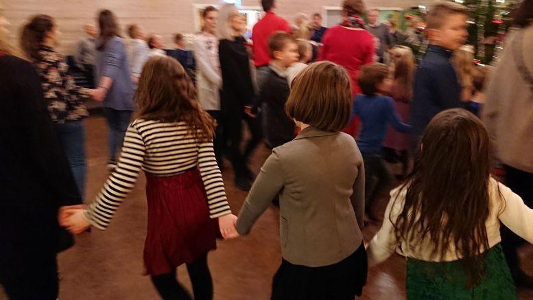 JULETREGANG: En juletrefest er ikke en juletrefest uten å gå rundt selve årsaken til festen. Foto: Tom Terjesen