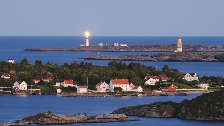ET PRAKTVERK: Boken om Uthavnene på Sørlandet omfatter mange steder med tilknytning til Tromøy. Her er Merdø med Store Torungen i bakgrunnen. Foto: Rune Nylund Larsen