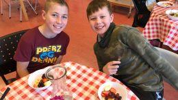 FRUKTSALAT: Bendik Grunde og Jacob Johnsen i 6. klasse ved Sandnes skole spiser fruktsalat av varer som egentlig skulle ha gått i søpla. Foto: Lena Torsvik Narjord