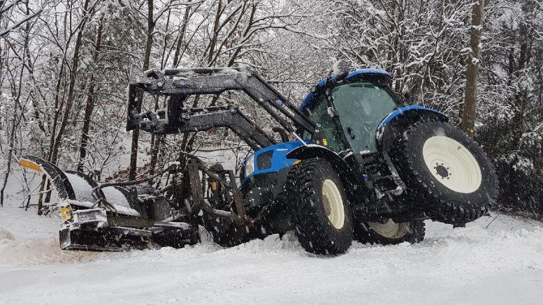 I GRØFTA: En traktor havnet i grøfta mellom Tivoliveien og Fabakkheia fredag ettermiddag. Foto: Inger Berggren
