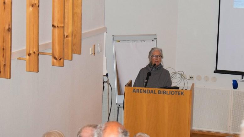 NY KIRKEBOK: Kunsthistoriker Anne Marie Falck går kritisk til verks for å få på plass en samlet gjennomgang av historien om Tromøy kirke. Foto: Esben Holm Eskelund