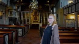 TREDJE GENERASJON: Iselin Larsen (21) fører familietradisjonen videre som kirketjener i Tromøy og Færvik kirke. Foto: Esben Holm Eskelund