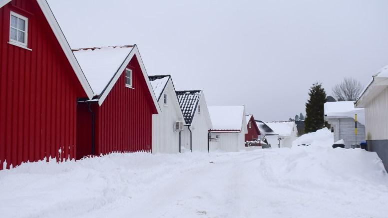 NORDSTRAND: Sjøbuene står tett på dette stedet ved Tromøysund. Foto: Esben Holm Eskelund
