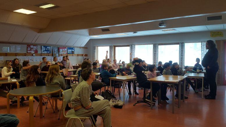 FORFATTERBESØK: 6.klassingene på Sandnes skole hadde besøk av forfatter Bjørn Ingvaldsen i forbindelse med prosjektet «Boksluker». Foto: Sandnes skole