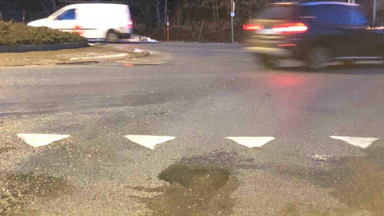 ØDELA BIL: Hull i asfalten ved rundkjøringen i Holtet skal ha tatt knekken på en drivaksel. Bilisten fremmet erstatningskrav etter hendelsen. Arkivfoto: Tor Øyvind Fluør
