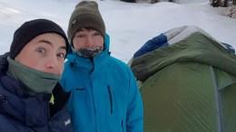 VILLMARKENS SØNNER: Isak Knutsen (t.v.) og Simon Simonsen fra Tromøy kom seg frem til Evje i deres første etappe av Norge på langs. Foto: Isaks Friluftsblogg/Facebook
