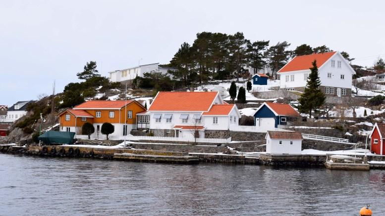 KLOMRA: I tidligere tider var det ikke så lett å komme seg ut til denne eiendommen på Rævesand. Nå er det kjørevei helt ut. Foto: Esben Holm Eskelund
