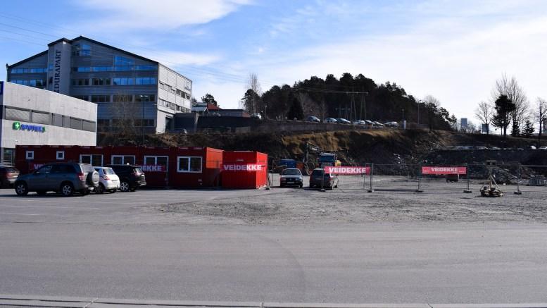 KRØGENES NÆRINGSPARK: Nå er arbeidet med å bygge et nytt forretningsbygg på Krøgenes i gang. Her kommer det en konkurrent til de to dagligvareforretningene som allerede er etablert på området. Foto: Esben Holm Eskelund
