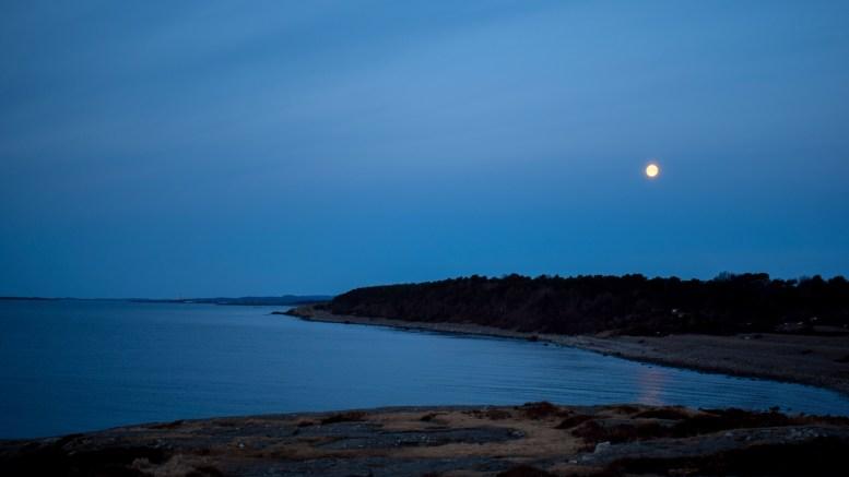 SPORNES: Utsikt mot Spornesstranda ved «månenedgang» og soloppgang 1. påskedag. Foto: Esben Holm Eskelund