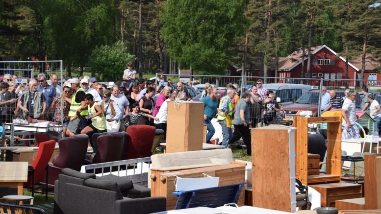 LOPPEJAKT: Loppemarkedet på Hove fikk fram konkurranseinnstinktet i mange av de hundrevis som hadde møtt frem. Foto: Esben Holm Eskelund