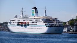 MS «Deutschland»: Det tyske cruiseskipet ankom Arendal, eller Arendelle, som byen presenteres som for cruisepassasjerene. Her sees anløpet fra Skilsø. Foto: Esben Holm Eskelund