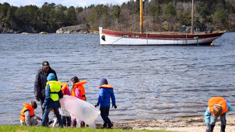 STRANDRYDDEDAG: Barn fra begge skolefritidsordningene på Tromøy stilte opp og hjalp til med å rydde Hovekilen for søppel sist uke. Foto: Esben Holm Eskelund