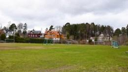 SVENSKEMYRA: Område som i dag huser en fotballbane, med ekte gress. Foto: Esben Holm Eskelund