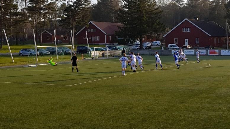 STRAFFESCORING: Trauma sikret sesongens første hjemmeseier med straffespark mot Lillesand. Foto: Per Christian Bekkvik
