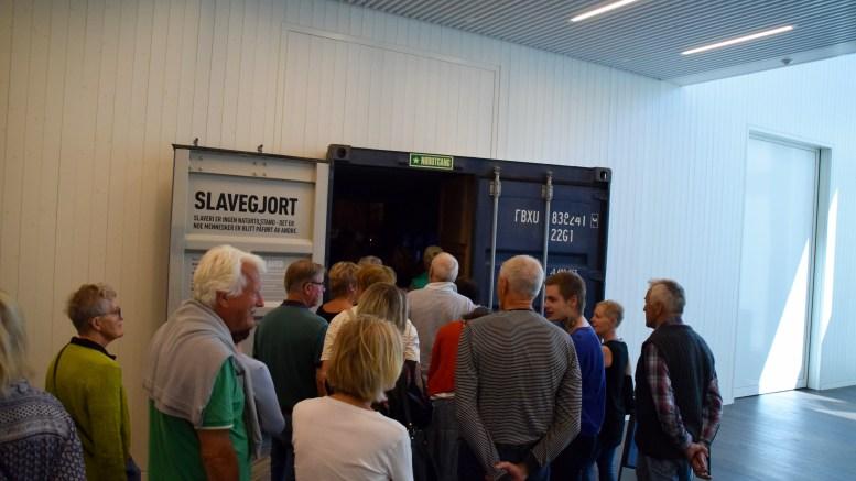 FREDENSBORG: Mange møtte frem og gikk inn i utstillingen om slaveskipet Fredensborg på Kuben i Arendal gjennom en dør som gir mange assosiasjoner og overførte betydninger på en gang. Foto: Esben Holm Eskelund