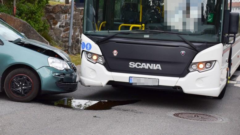 KOLLISJON: En personbil og rutebuss kolliderte på Tybakken lørdag ettermiddag. Foto: Esben Holm Eskelund