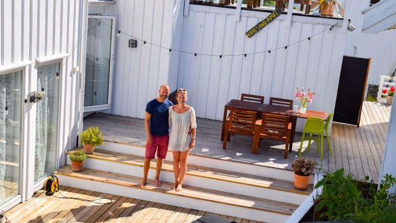RÆVESAND AMFI: Siri og Kristoffer Østerhus-Lyngvi åpner opp hagen og arrangerer konsert med det ultralokale bandet «Revesound» onsdag kveld. Foto: Esben Holm Eskelund