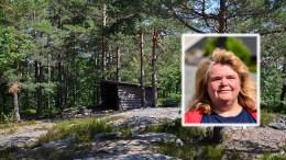 GAPAHUK: Anne Walbeck bor på Tybakken og minnet politikerne på å verne om gapahuken i skogen ved Tromøy menighetshus, men om den får bli værende er et annet spørsmål. Foto: Esben Holm Eskelund