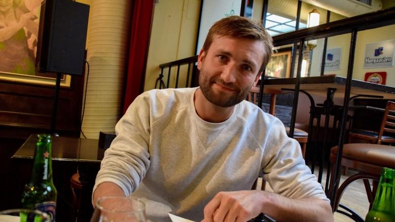 FORFATTERMØTE: En åpenhjertig tromøyforfatter Birger Emanuelsen lufter betraktninger om det å vokse opp på Tromøy. Foto: Esben Holm Eskelund