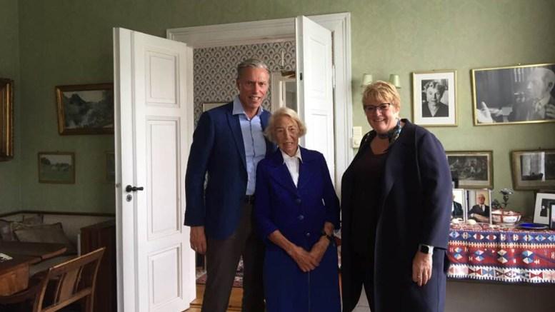 KULTURMINISTERBESØK: Trine Skei Grande (V) besøkte 94 år gamle Signe Marie Stray Ryssdal på Sofienlund forrige uke. Tilstede på møtet, som pressen ikke var invitert med på, var også hennes sønn, Schibsted-sjef Rolv-Erik Stray Ryssdal. Dagen før var mediepolitikk et stort debattema under Arendalsuka. Foto: Cathrine Høyesen Hall/Facebook