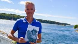 KAPTEINENS SØNN: Tromøy-mannen Stig Nilssen har skrevet bok om sin egen far, kaptein Thomas (Thom) Nilsen. Foto: Esben Holm Eskelund