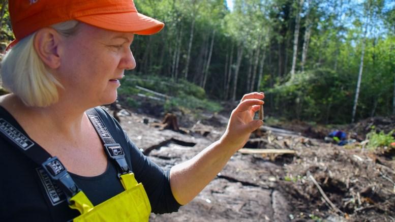 SJELDENT BRA: Arkeolog Anja Mansrud fra Kulturhistorisk Museum ved Universitetet i Oslo mener utgravingsfeltene fra steinalderen ved Alveberget inneholder sjeldent godt bevarte funn. Foto: Esben Holm Eskelund