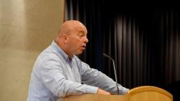 BOMMOTSTANDER: Anders Kylland, gruppleder i Fremskrittspartiet, er redd bompenger i Arendal skal bli snikinnført og ønsker at bystyret får en bomringsak til behandling i bystyret. Foto: Esben Holm Eskelund