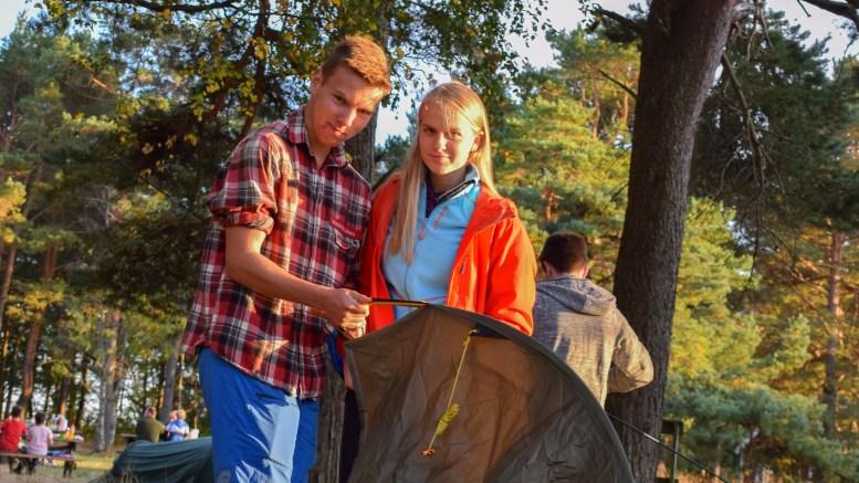 GLAD I FRILUFT: Simon Simonsen og Christine Mørland Karlsen fikk teltet opp relativt kjapt. Foto: Esben Holm Eskelund