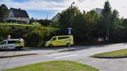 UTFOR VEIEN: En bil havnet utfor kjørebanen like ved rundkjøringen i Holtet torsdag ettermiddag. Foto: Esben Holm Eskelund